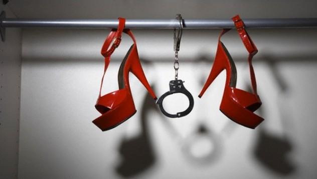 Арестуваха младеж за пресъздаване на секс сцена