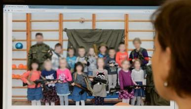 Деца в детска градина с AK-47
