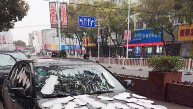 Китайка облепи кола с дамски превръзки