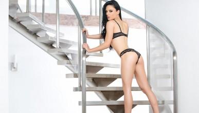 Меган чака на стълбите