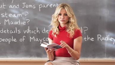 Уволниха учителка, защото правила секс с ученици