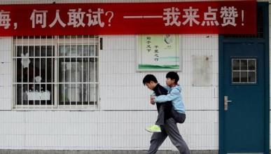 Китайски ученик носи своя приятел на гръб цели три години