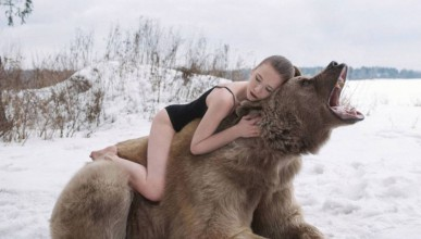 Руски манекенки и мечок в една различна фотосесия
