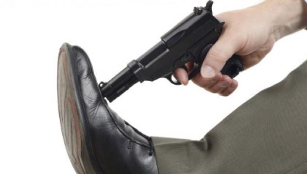 Човек доброволно застреля крака си
