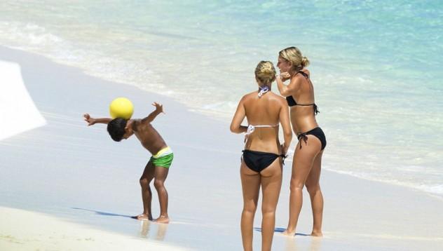 Синът на Кристиано показва футболни умения на плажа