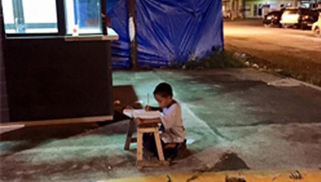 Момчето, което пише домашните си пред витрините на McDonalds