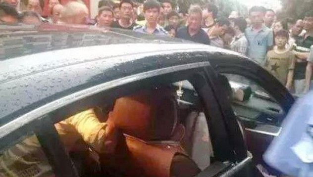 Китайка не позволи да счупят колата й, за да спаси детето си