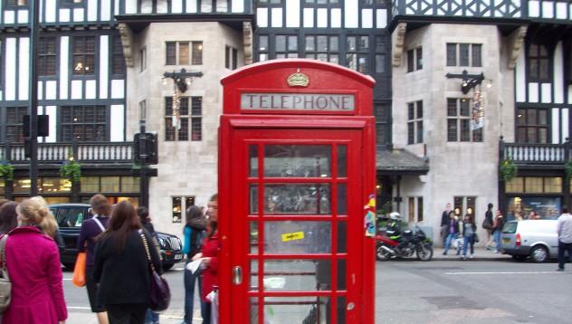 Двойка съгреши в телефонна будка (18+)