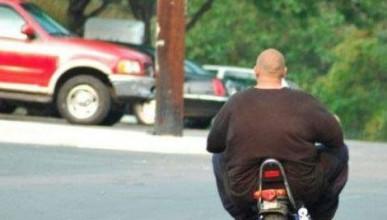 Човек на инвалидна пенсия вдига скутер с тегло от 117 килограма