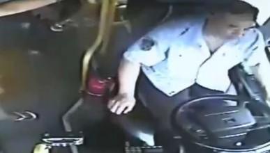 Шофьор на автобус успя да спре в правилния момент