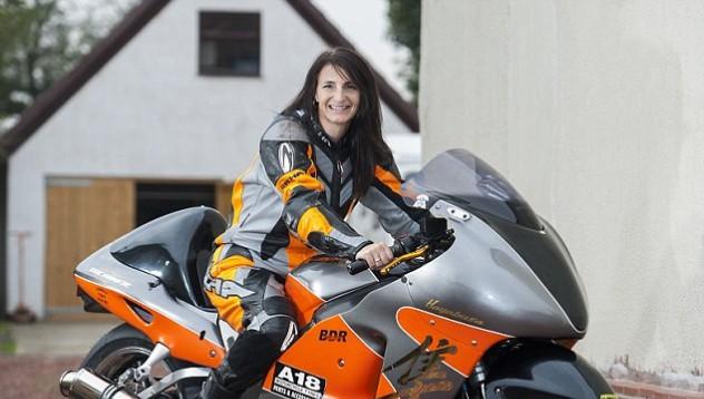 Най-бързата жена оцеля падане със скорост от 406 км/ч