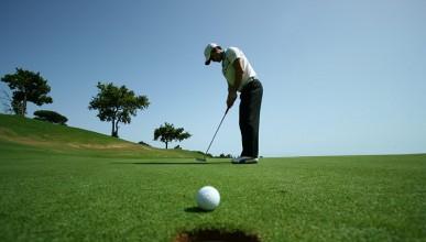 Някой облекчава природните си нужди в дупките на голф игрище