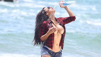 Лейди Мезо се разхлажда с минерална вода