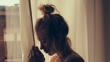 Наташа започва деня до прозореца