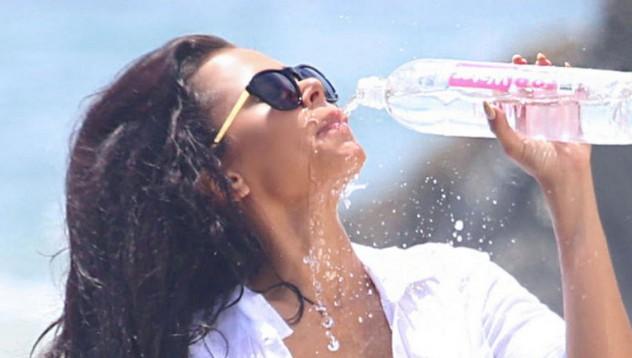 Лейди пие вода като истинска дама
