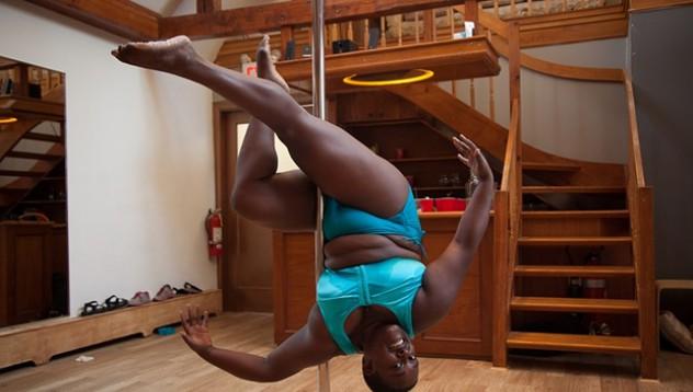 Закръглена танцьорка побеждава гравитацията