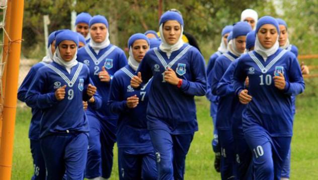 Иранският национален женски отбор по футбол използва мъже