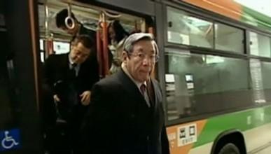 Изпълнителният директор, който отива на работа с автобуса