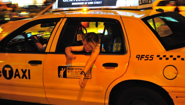 Таксиметров шофьор снима пияния си пътник