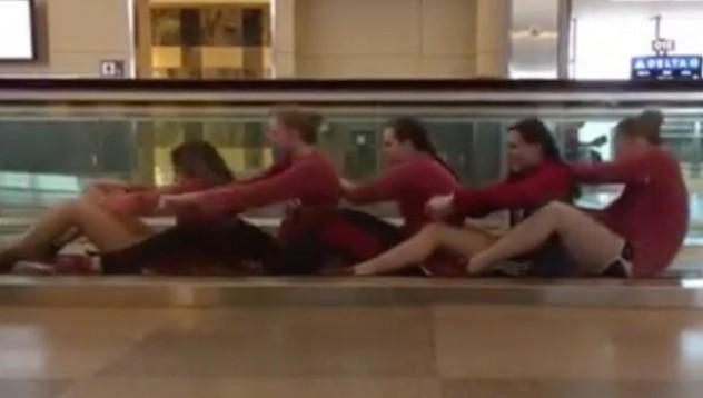 Как разпуска женския плувен отбор на Луизиана на летището
