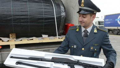 Италиански власти спряха камион с 800 пушки