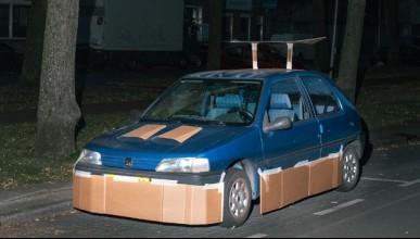 Мъж изненадва жителите на Амстердам с картонен тунинг
