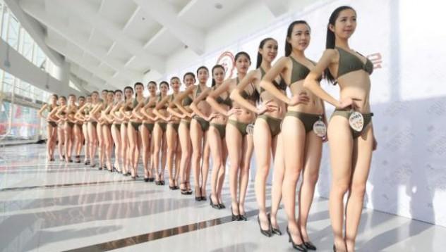 Китайските стюардеси позират по бельо