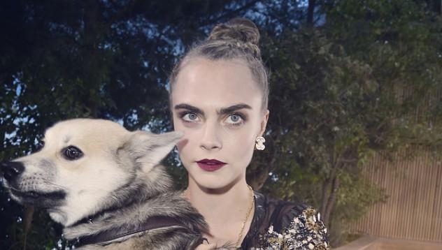 Кара Делевин заведе кучето си на ревю