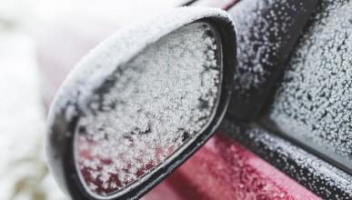 Как да махнете леда от стъклото на колата за секунди