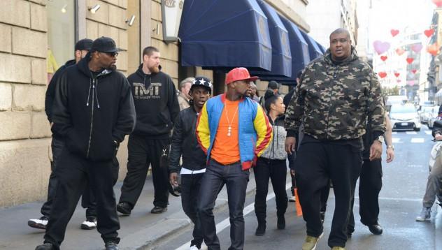 Флойд Мейуедър с впечатляваща охрана в Милано