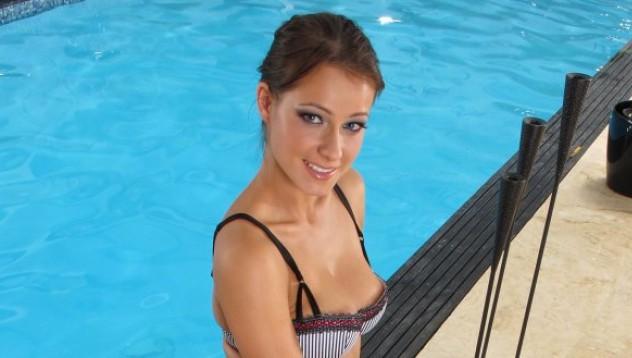 Кристин показва красотата на вътрешния басейн