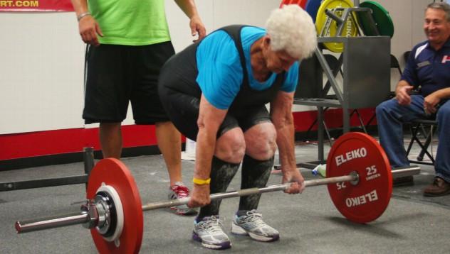 78-годишна жена вдига 102 килограма от мъртва тяга