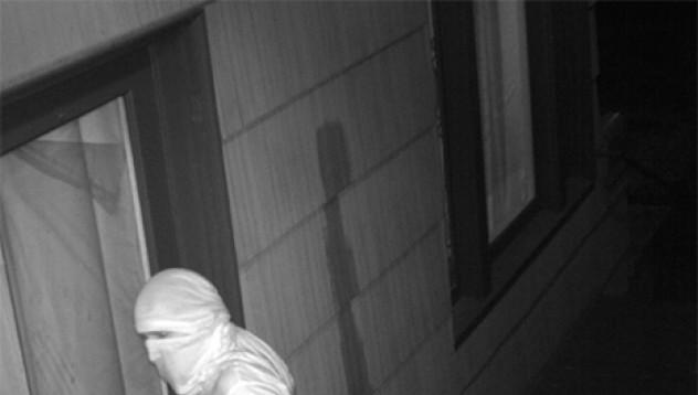 Полицията издирва мъж, който мастурбира пред входни врати