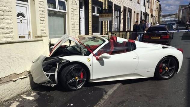 Ferrari 458 завърши в бетонна стена
