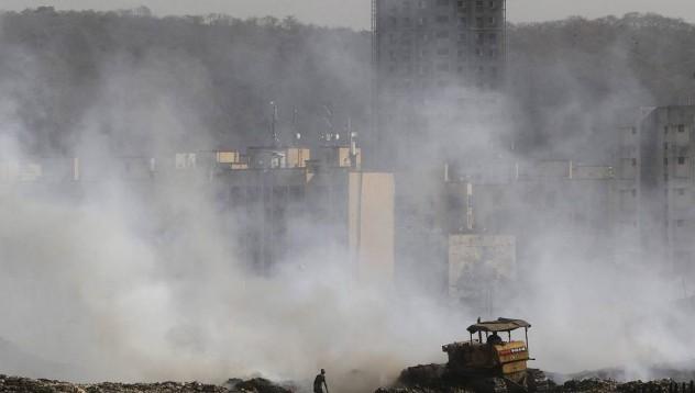 Най-голямото бунище в Азия лумна в пламъци