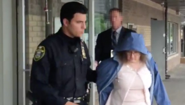 Арестуваха преподавателка за секс с ученик на гробище