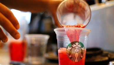 Жена съди Старбъкс - открила много лед в напитката си