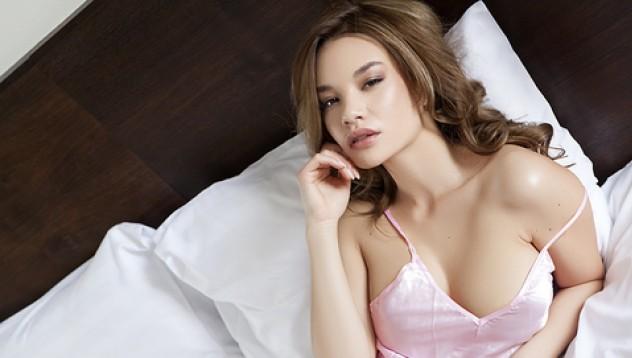 Клара те чака в спалнята