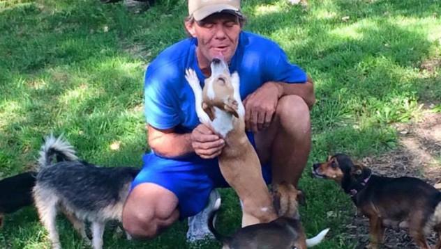 Той тръгна като бездомник с 11 кучета и пристигна като собственик на дом