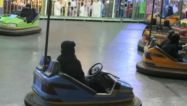 Защо жените в Саудитска Арабия обичат блъскащите колички