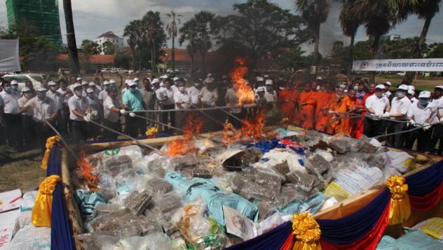Камбоджанските власти изгориха 1909 килограма наркотици