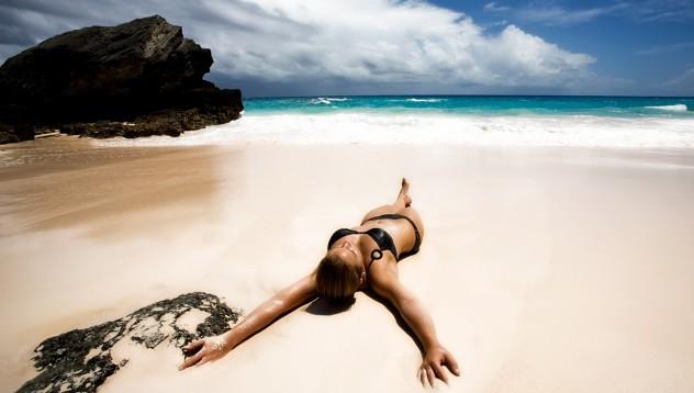 Какво прави една красива жена на родния плаж