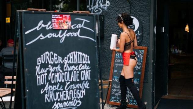 Голият ресторант в Берлин предлага повече от храна