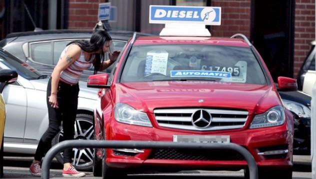 Кралицата на социалните помощи си купува чисто нов Mercedes-Benz
