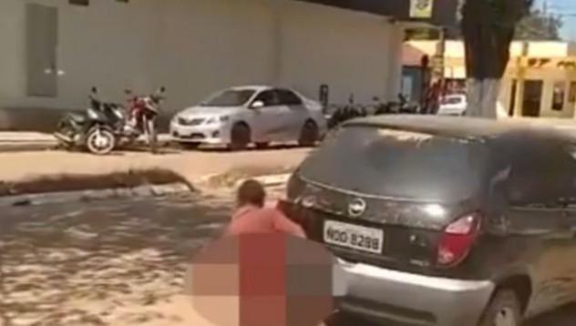 Мъж консумира любовта си с непозната кола