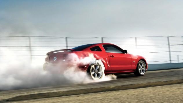 Ford Mustang лумна в пламъци