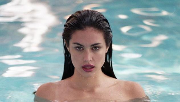 Алекс те чака в басейна