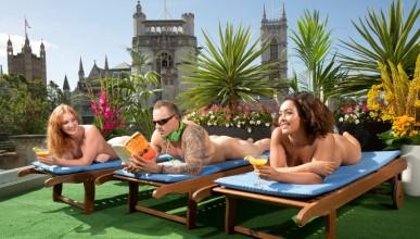 Нудистки бар чака гости в Лондон