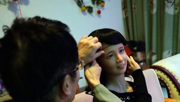 Китаец направи кукла с образа на покойната си жена