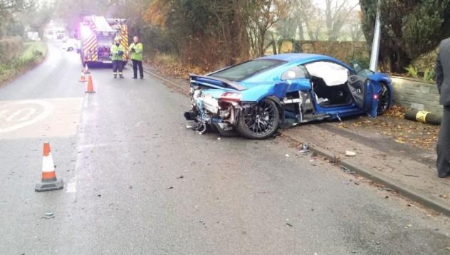Audi R8 пострада в улична лампа